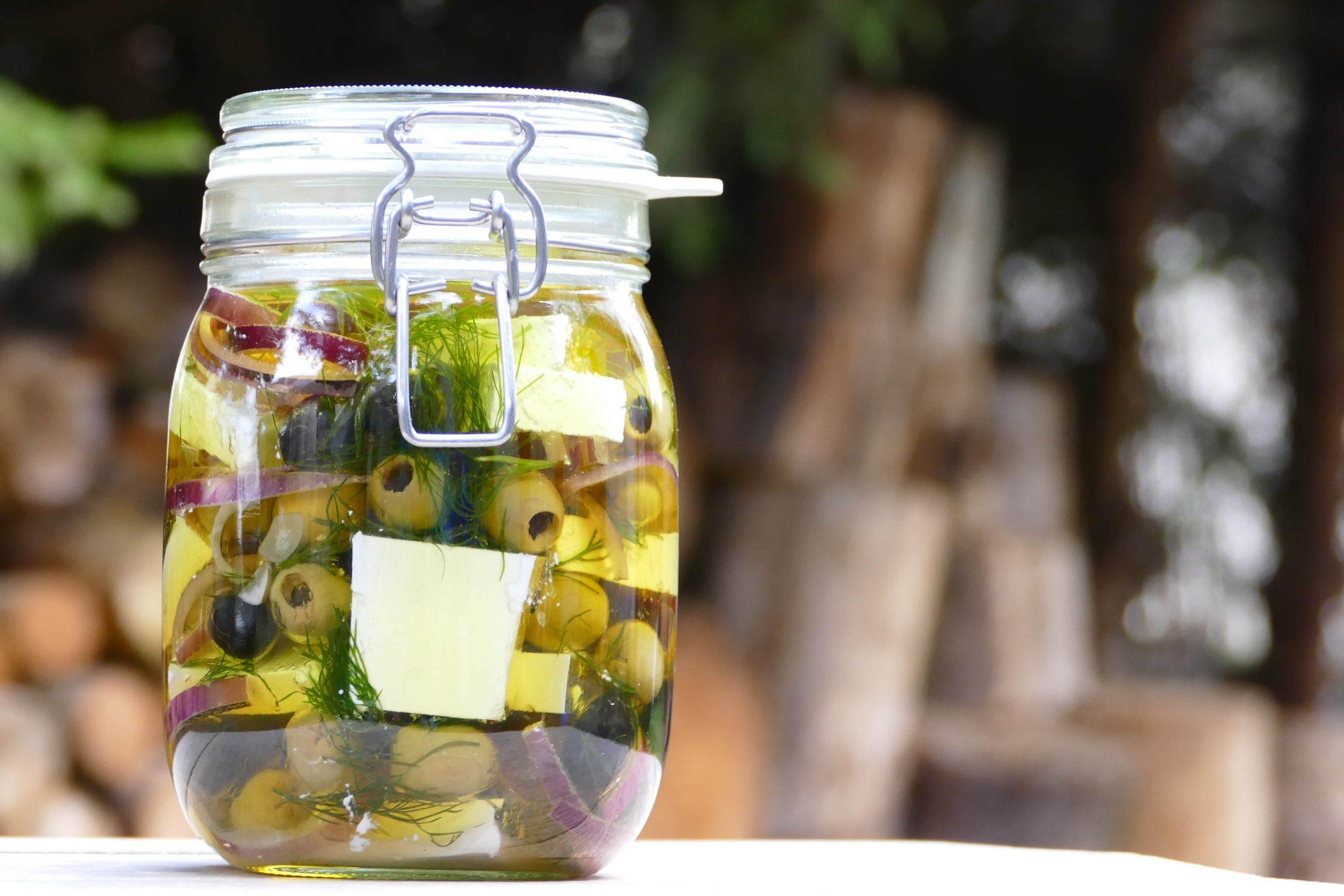 Nakládaný balkánský sýr s olivami a koprem 1 l - 379 Kč + 100 Kč záloha